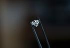 De Beers Diamond & Tweezers